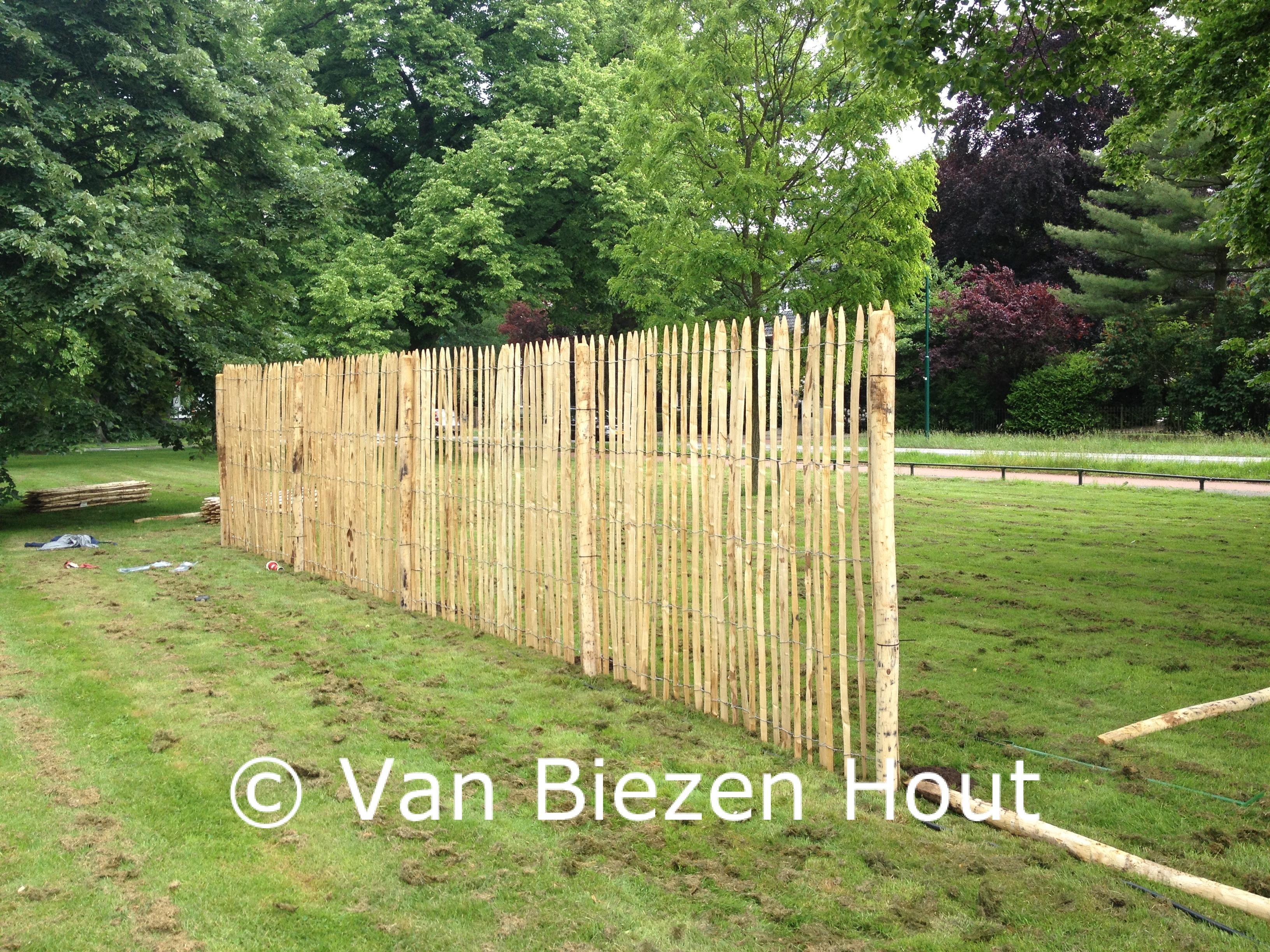 Hekwerk Hout Tuin : Instructies voor plaatsing kastanje hekwerk van biezen kastanjehout